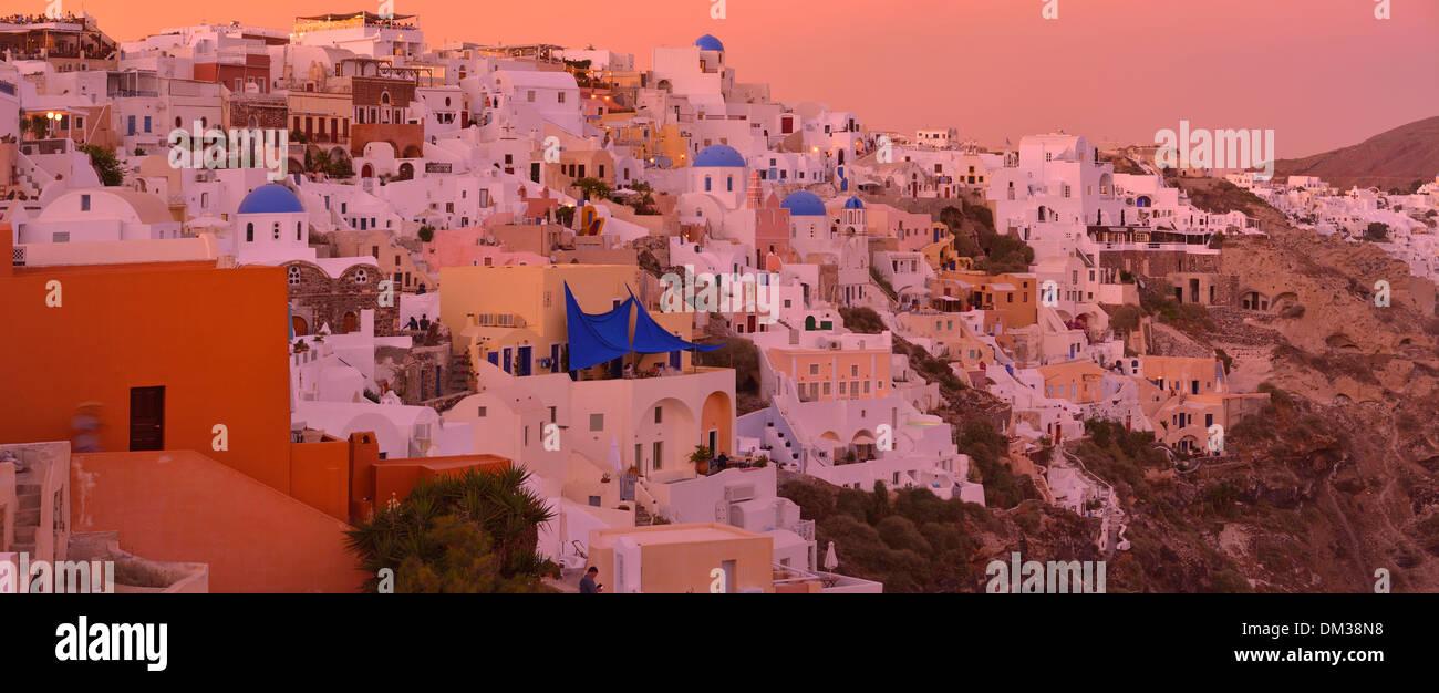 Europa Egeo cicladi grecia Santorini Thira isola isola greca città architettura caldera cratere bagliore del tramonto arancione panorama Immagini Stock