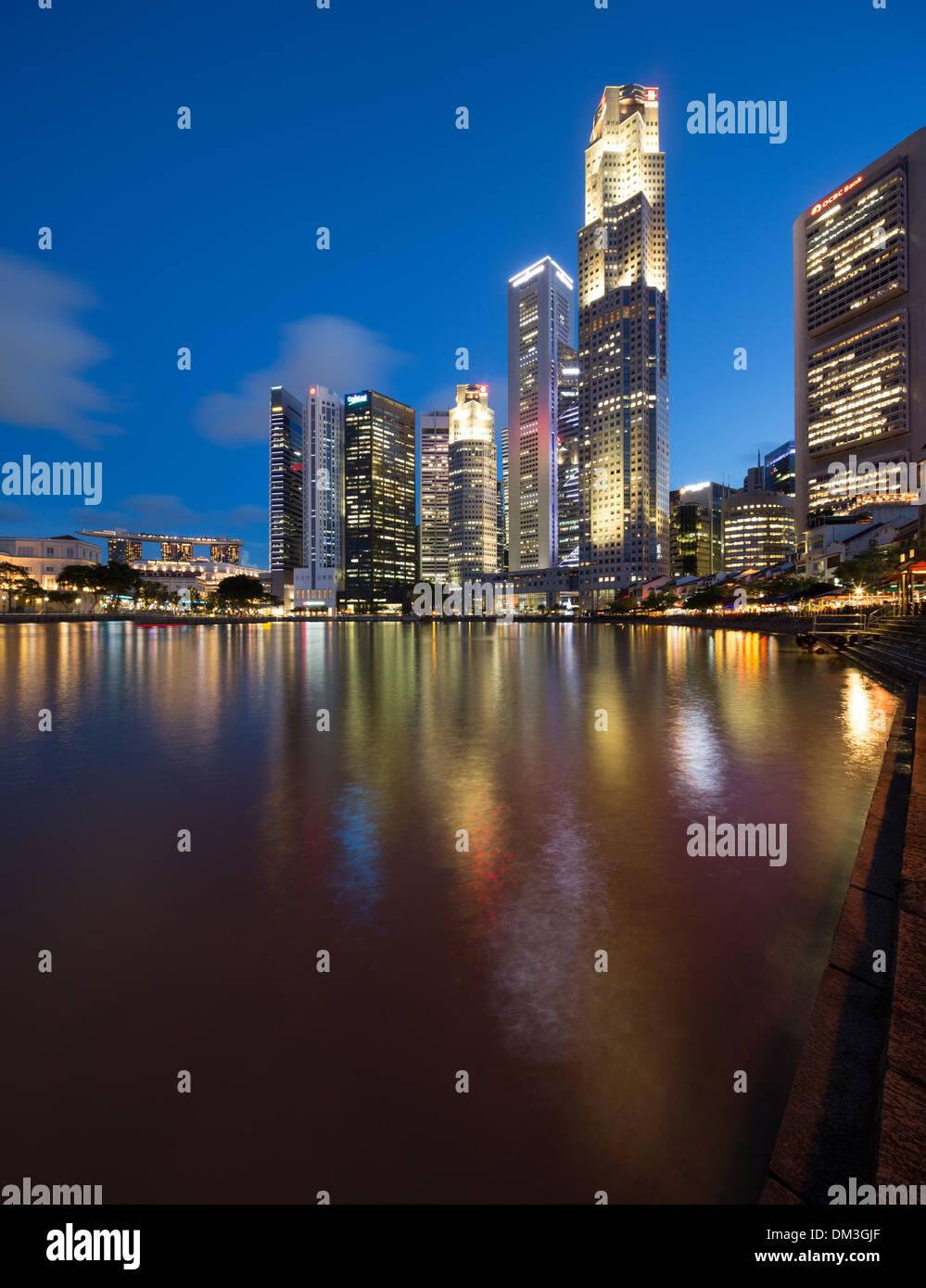 Il quartiere centrale degli affari di notte da Boat Quay, Singapore Immagini Stock