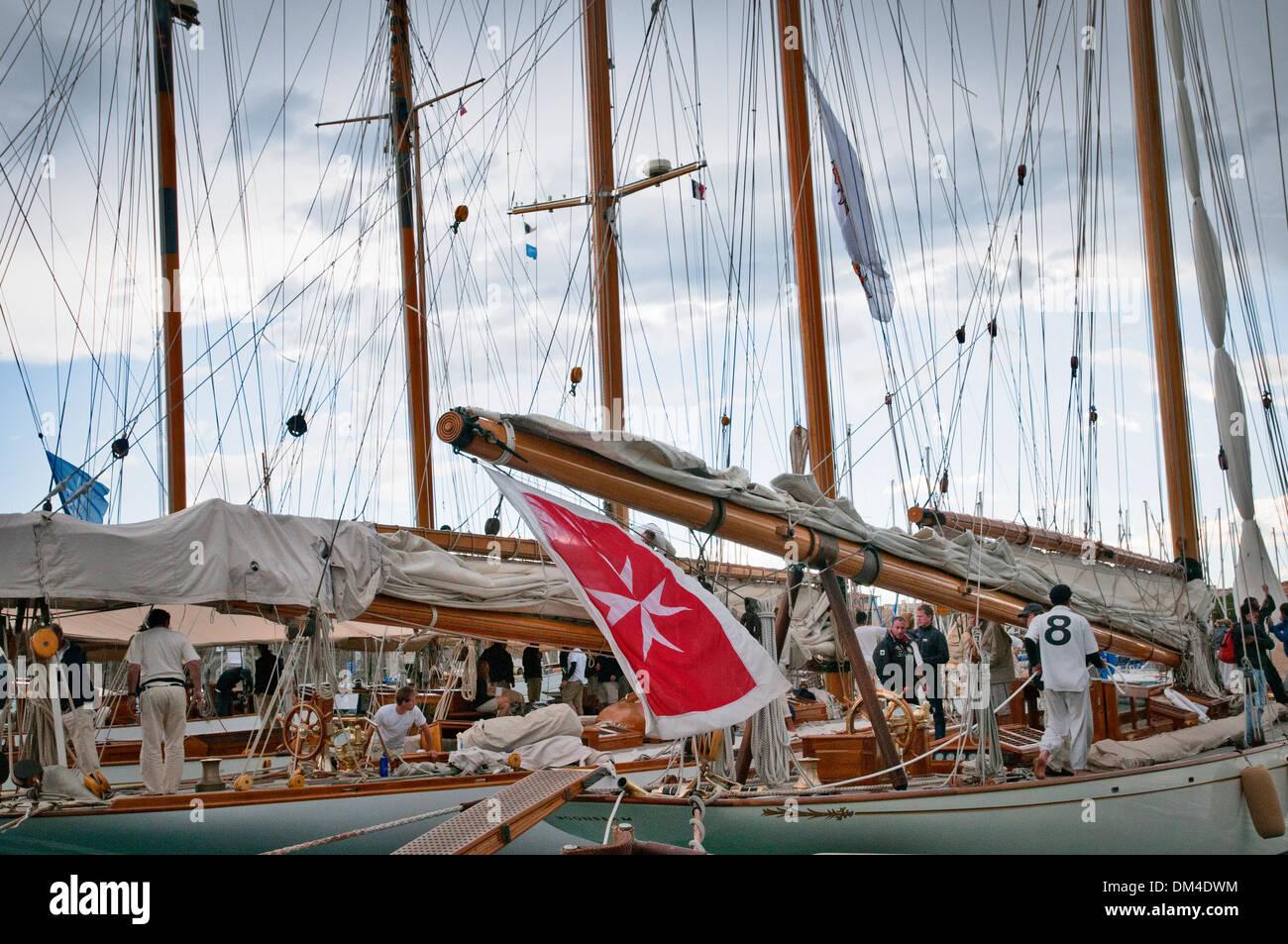 I diportisti preparare la barca per le competizioni, antibes, Francia sudorientale Immagini Stock