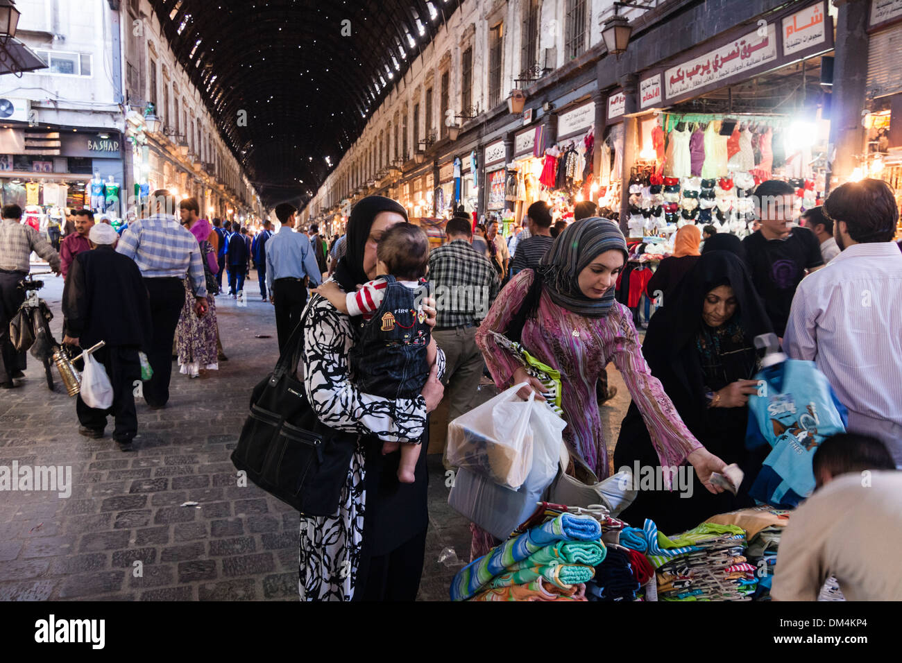 Donne arabe shopping in Al Souq Hamidiyah, Damasco, Siria Immagini Stock