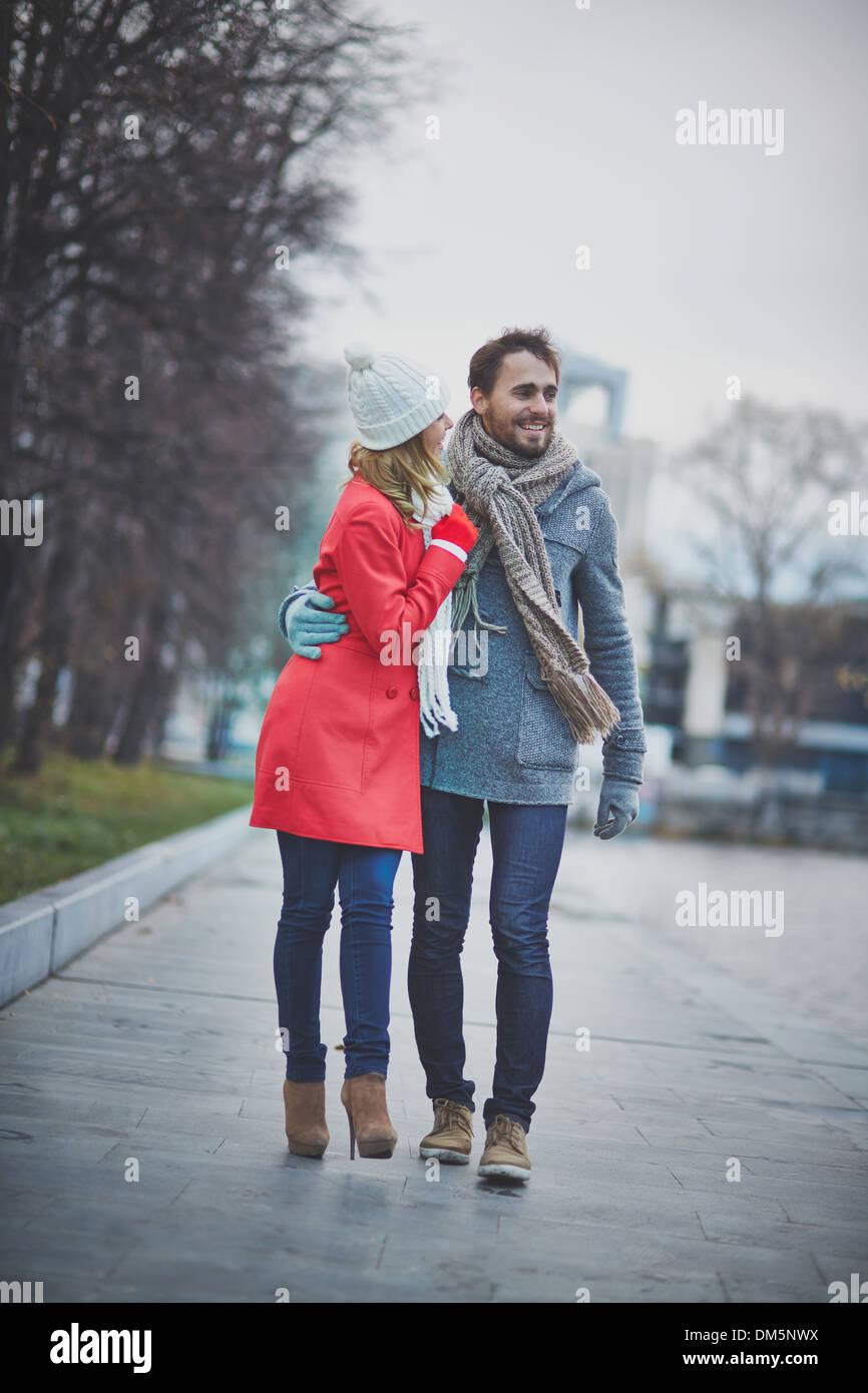 Ritratto di affettuosa giovane avente una chat durante la passeggiata nel parco autunnali Immagini Stock