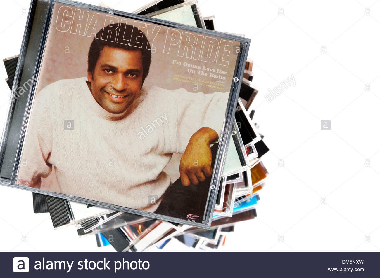 Charley Pride album mi stupirà il suo amore alla radio e impilate CD musicale casi, Inghilterra Immagini Stock