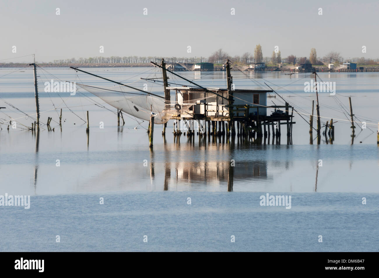 Capanna di pesca in una laguna, con riflessioni, Delta del Po, Comacchio, Emilia Romagna, Italia Immagini Stock