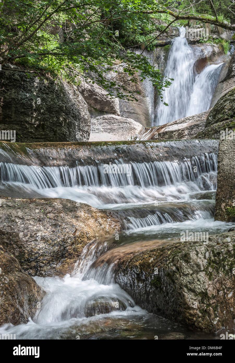 Ruscello di montagna cascading su roccia, Alpi, Canale d'Agordo, Veneto, Italia Foto Stock