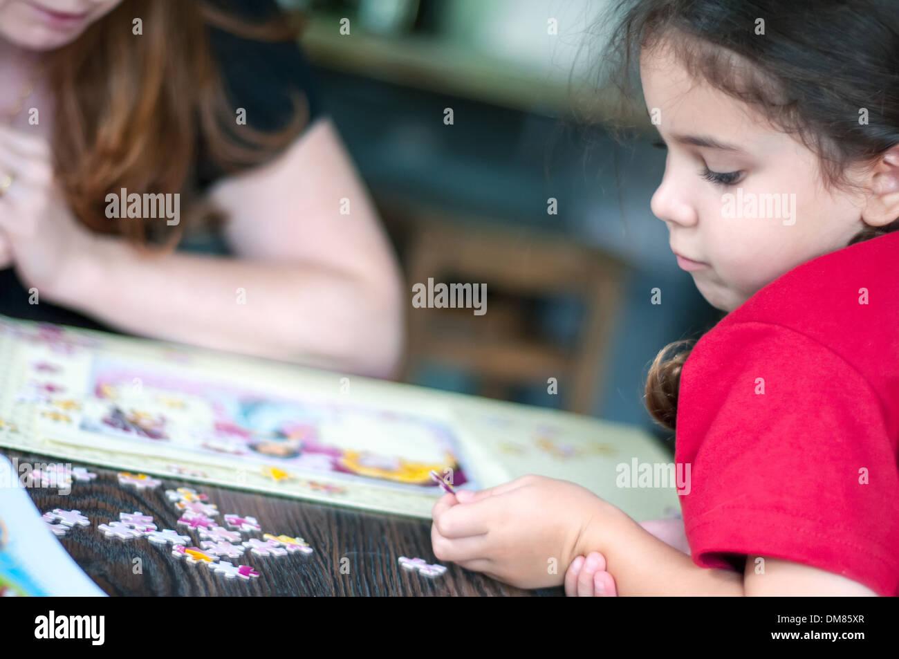 Adulto e bambino che gioca puzzle Immagini Stock