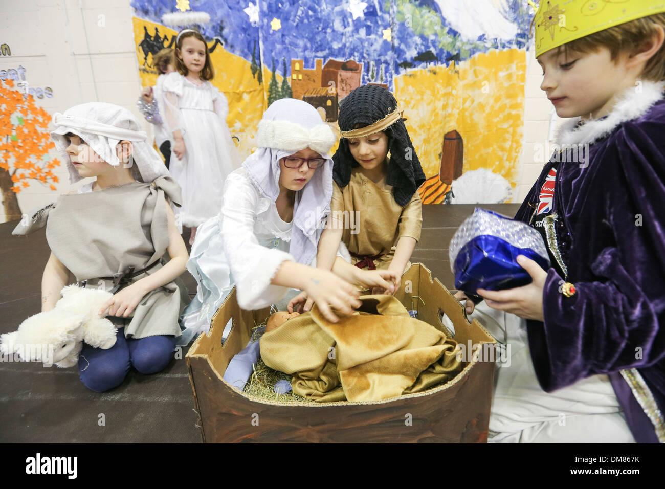 Bambini da poco DOWNHAM SCUOLA PRIMARIA,CAMBRIDGESHIRE, le prove per la natività giocare sul dicembre 11th. Immagini Stock