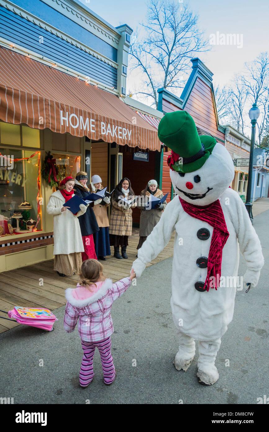 Il pupazzo di neve il pupazzo di neve con bambino, Burnaby Village Museum, Burnaby, British Columbia, Canada Immagini Stock
