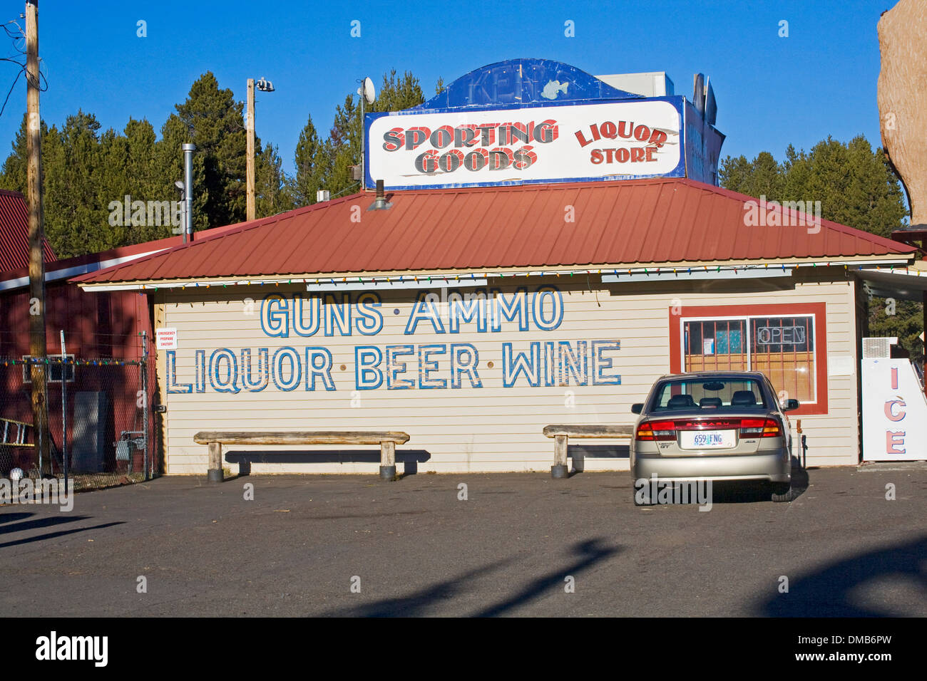 Un negozio di liquori che si occupa anche della vendita di armi e munizioni in Oregon centrale Immagini Stock