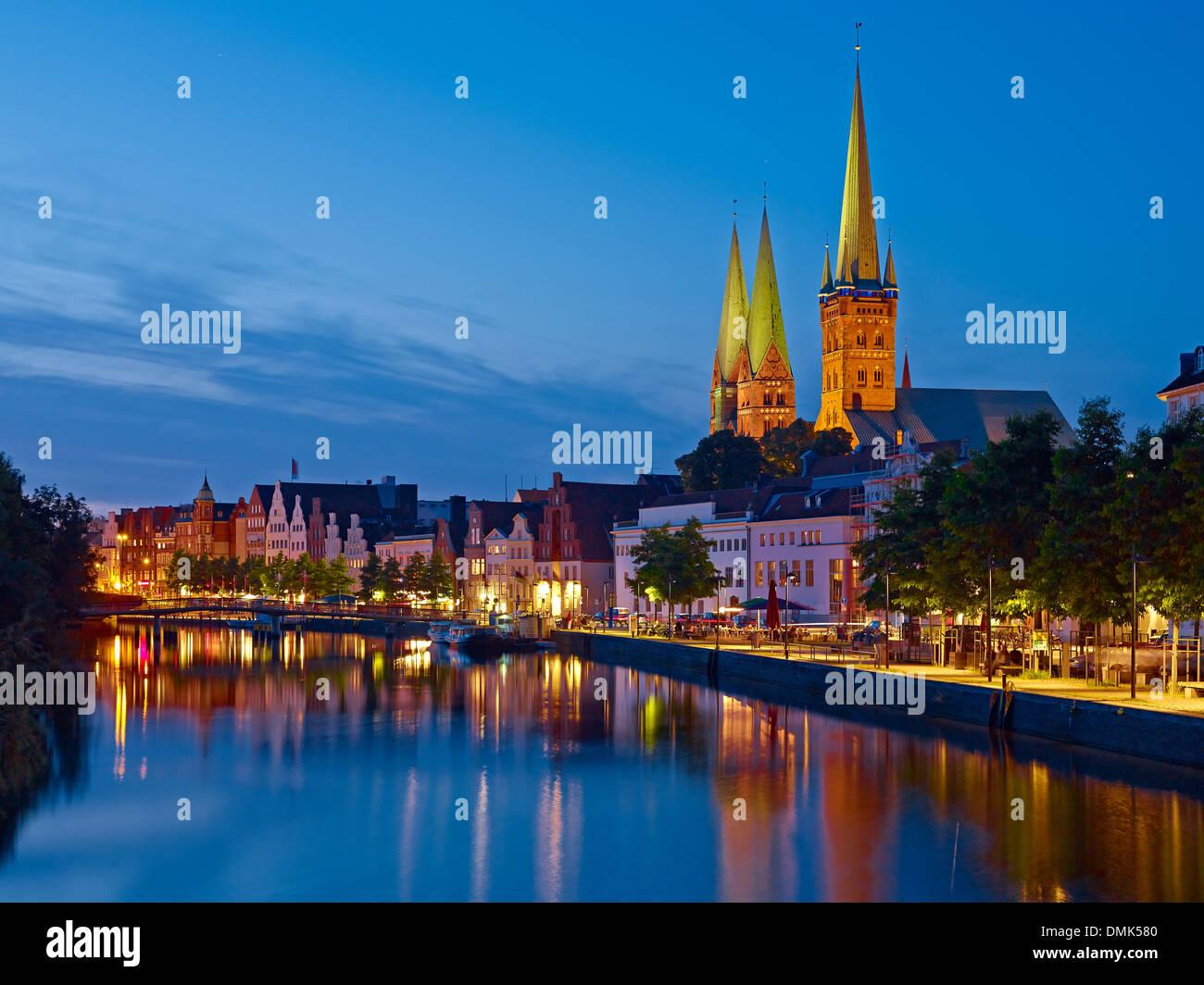 Vista Obertrave con San Marys di Lübeck e Basilica di San Pietro, Lubecca, Schleswig-Holstein, Germania Immagini Stock