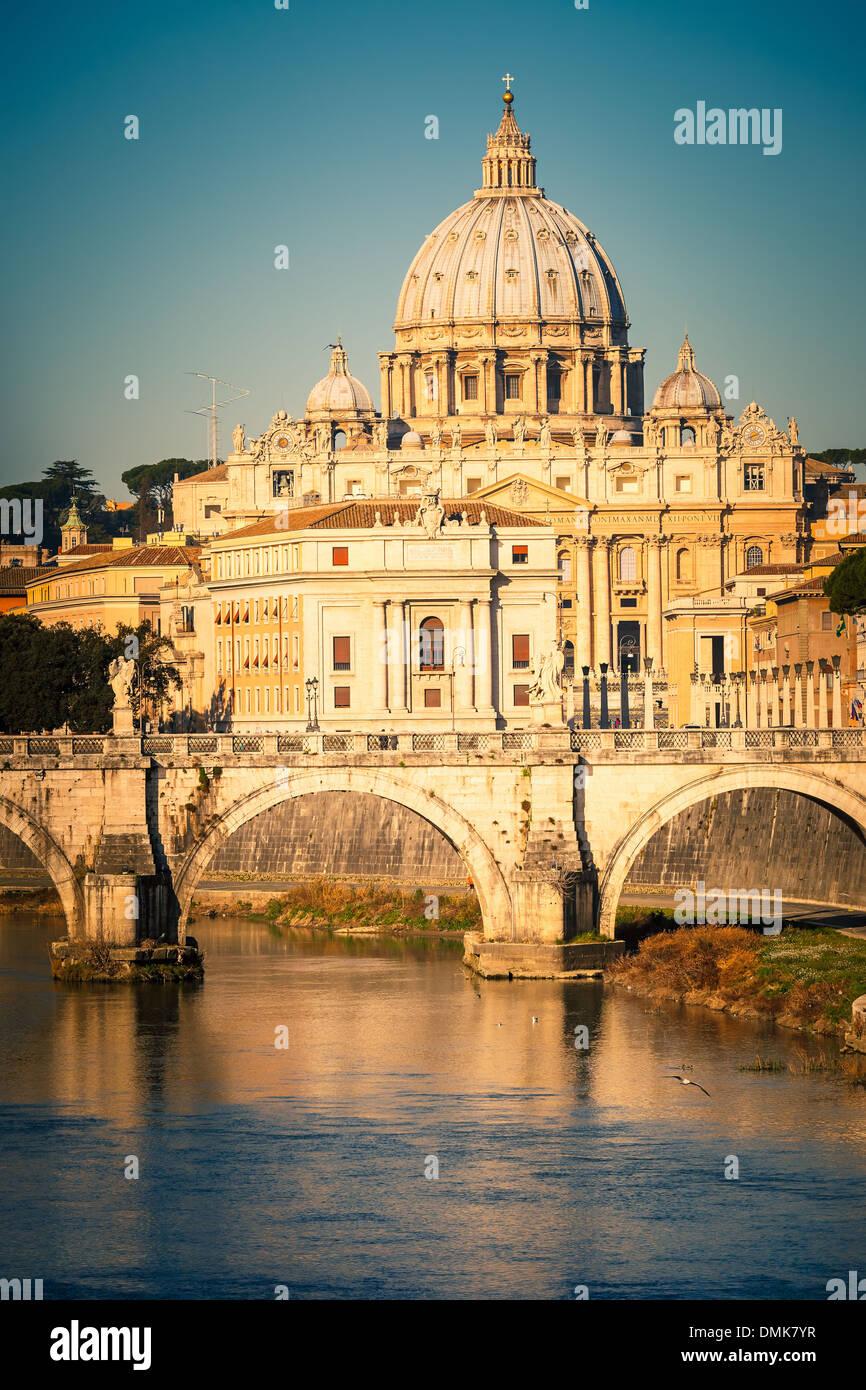 Tevere e la cattedrale di San Pietro, Roma Immagini Stock