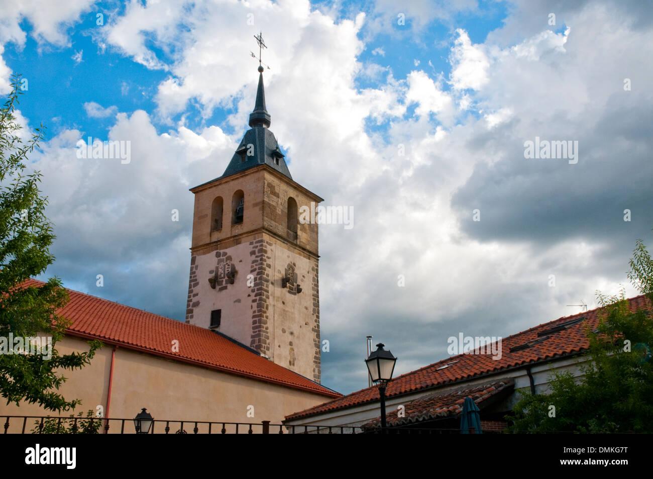San Andres chiesa contro il cielo in tempesta. Rascafria, provincia di Madrid, Spagna. Immagini Stock