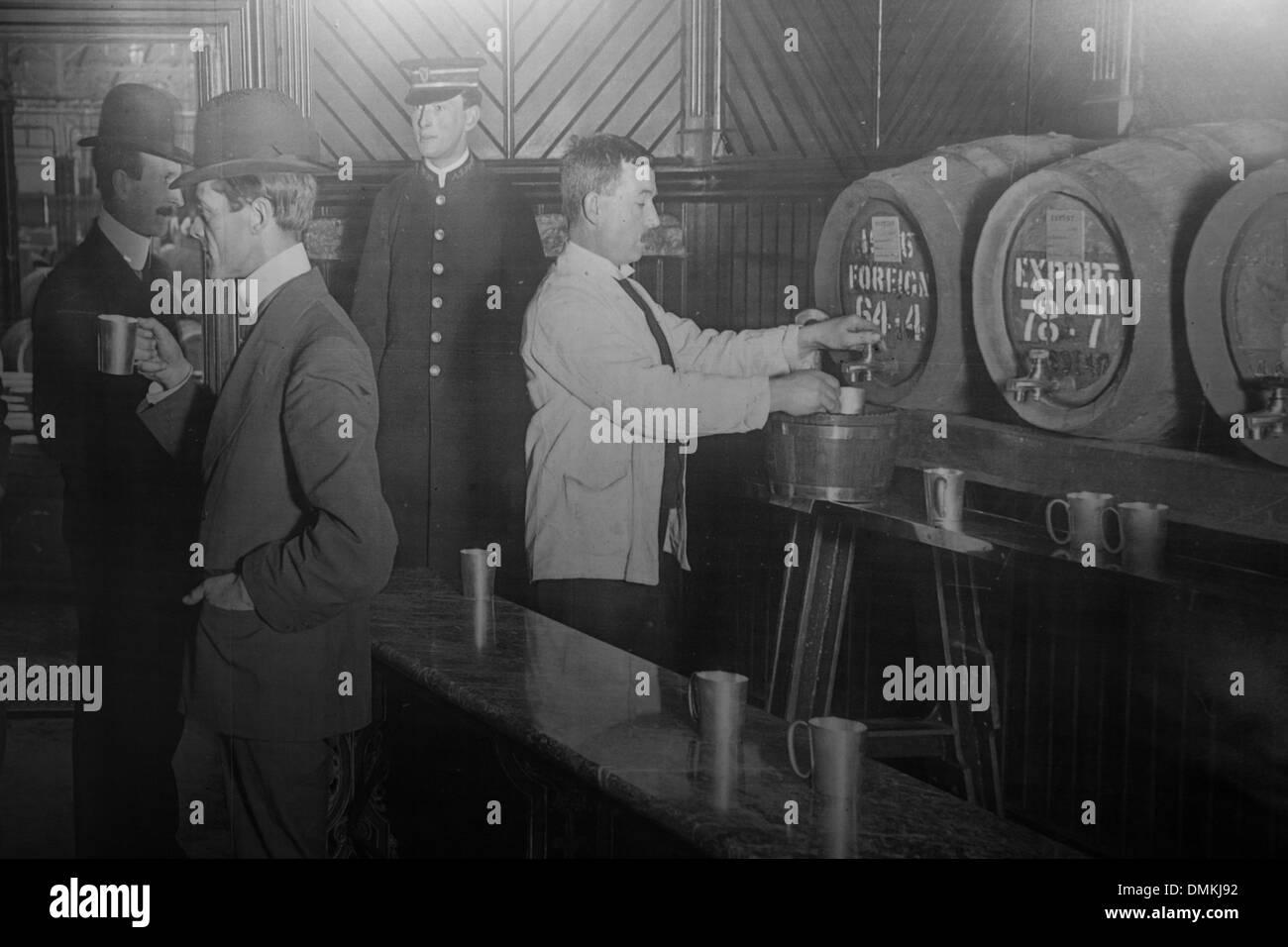 Periodo foto, versando un progetto di birra Guinness, la vecchia fabbrica di birra Guinness Storehouse, Dublino, Irlanda Immagini Stock