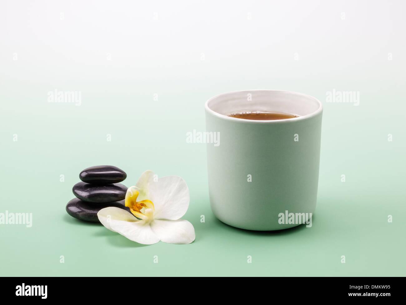 Una tazza di rilassante tè alle erbe Immagini Stock