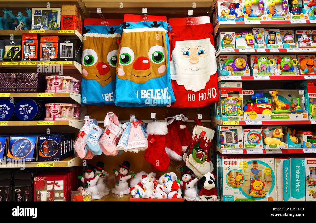 Giocattoli di Natale e regali in vendita nel supermercato Foto
