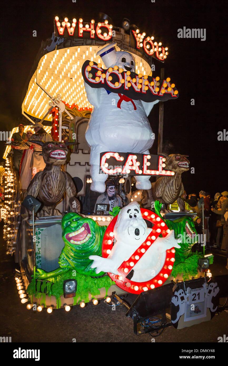 Un assortimento di 'Ghost Busters' caratteri sulla pietra calda Carnevale galleggiante del club 'Who you gonna call'' al 2013 Carnevale di Glastonbury Immagini Stock