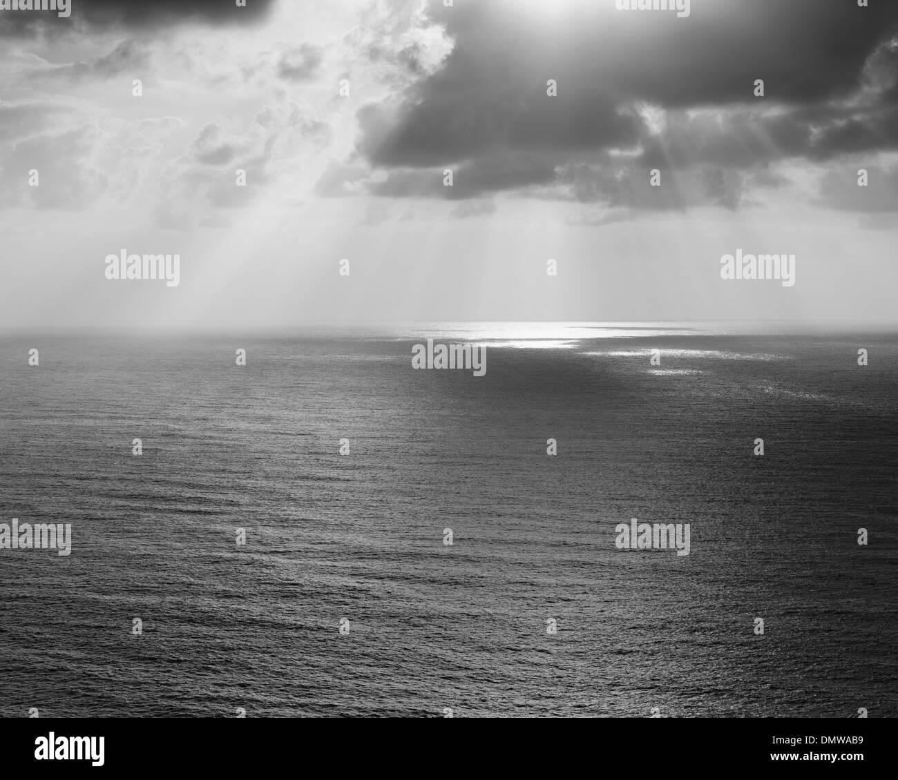 Alberi di luce del sole che splende attraverso il cloud e una vista sull Oceano Pacifico a Manzanita Oregon. Foto Stock