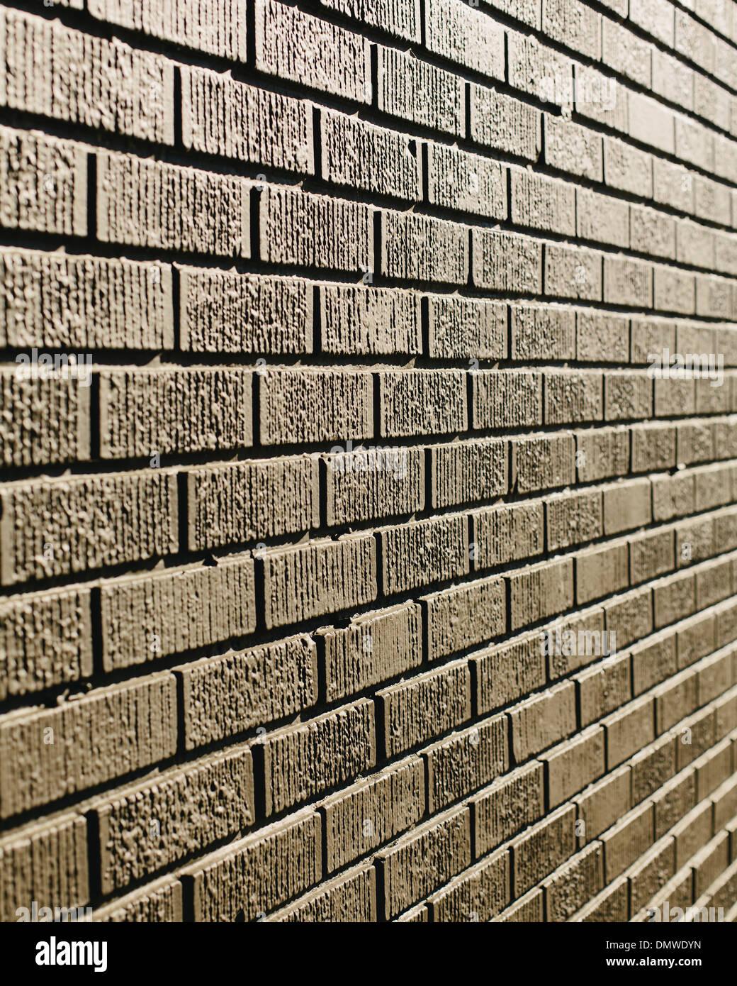 Un marrone muro di mattoni in una città. Immagini Stock