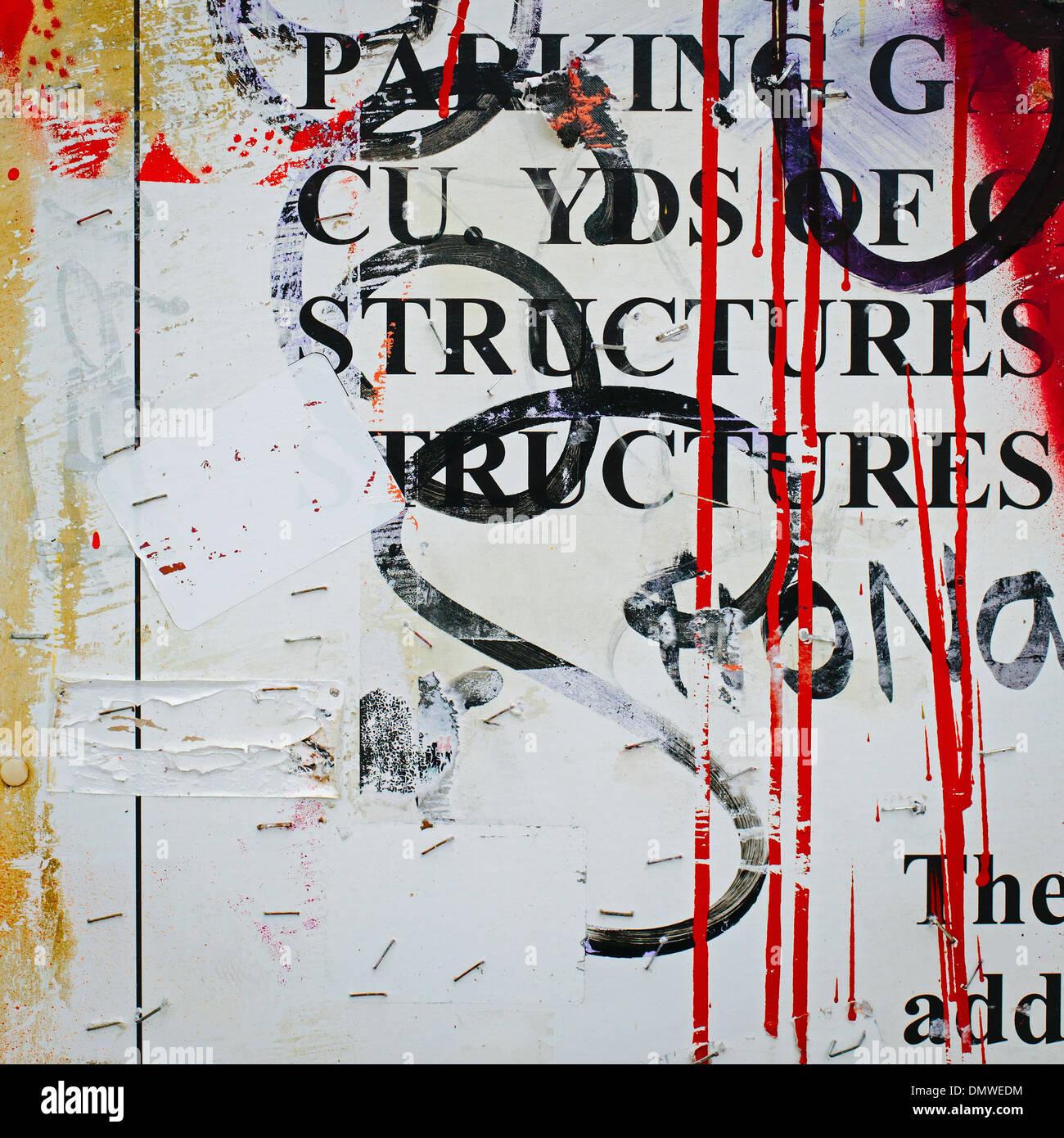 Una coperta di graffiti parete in una città. Striature di gocce di vernice e i messaggi stampati ricoperta con spraypaint tag. Immagini Stock