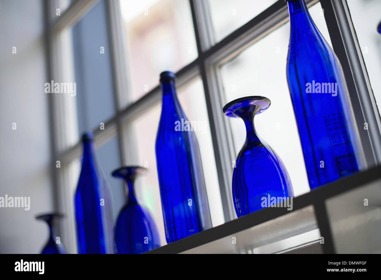 Un bar interno. Blu brillante vetreria su tabelle vuote. Immagini Stock