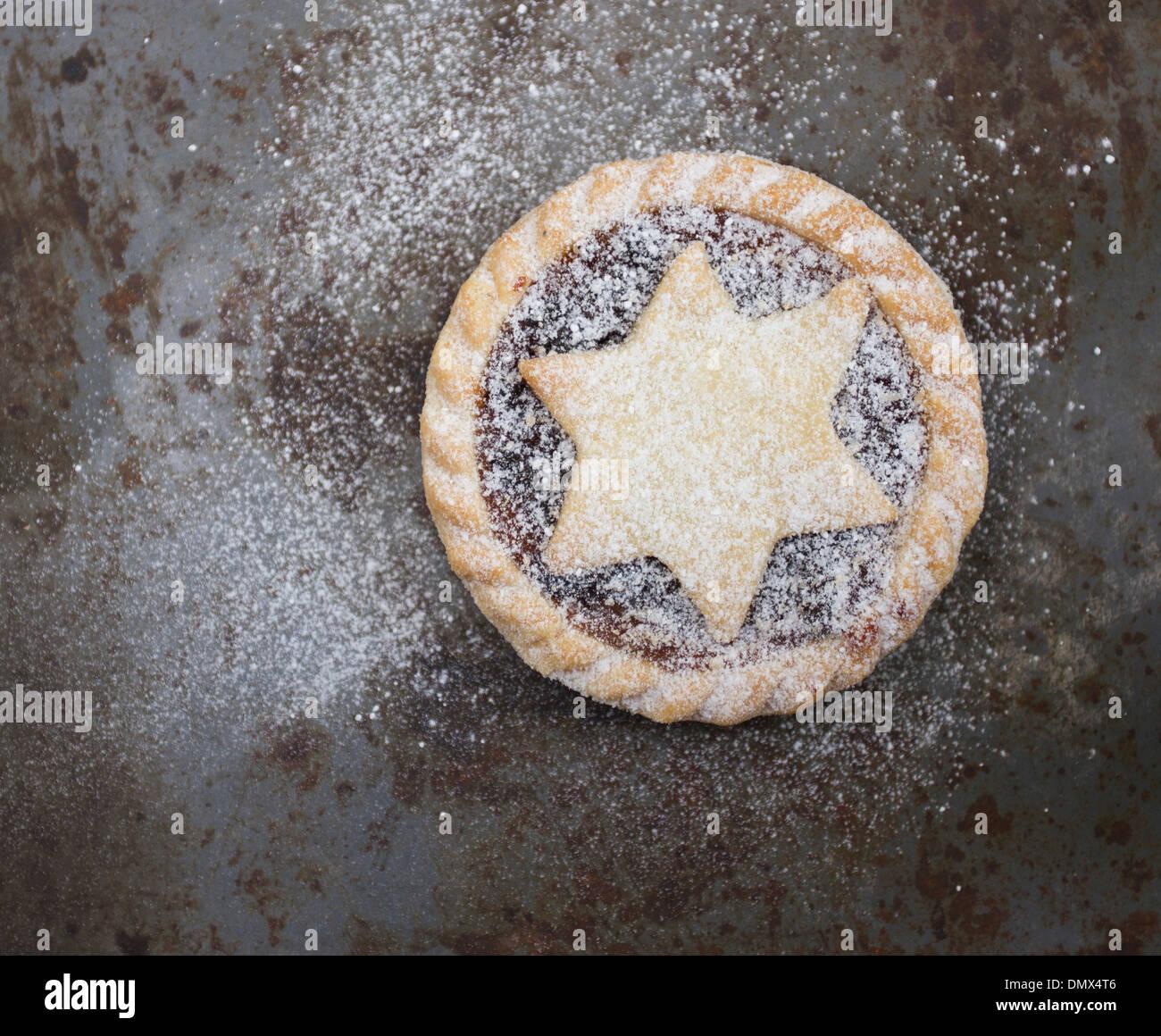 Unico fatto in casa dello zucchero a velo spolverato tritare la torta rustica grigio superficie metallica Immagini Stock