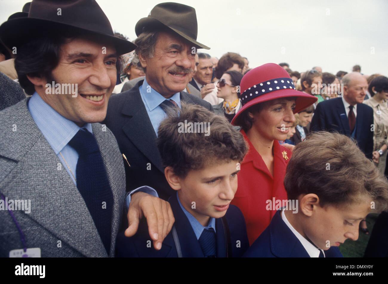 Nat Cohen produttore di film con la figlia e il figlio in diritto e grand bambini corse a cavallo degli anni settanta HOMER SYKES Immagini Stock