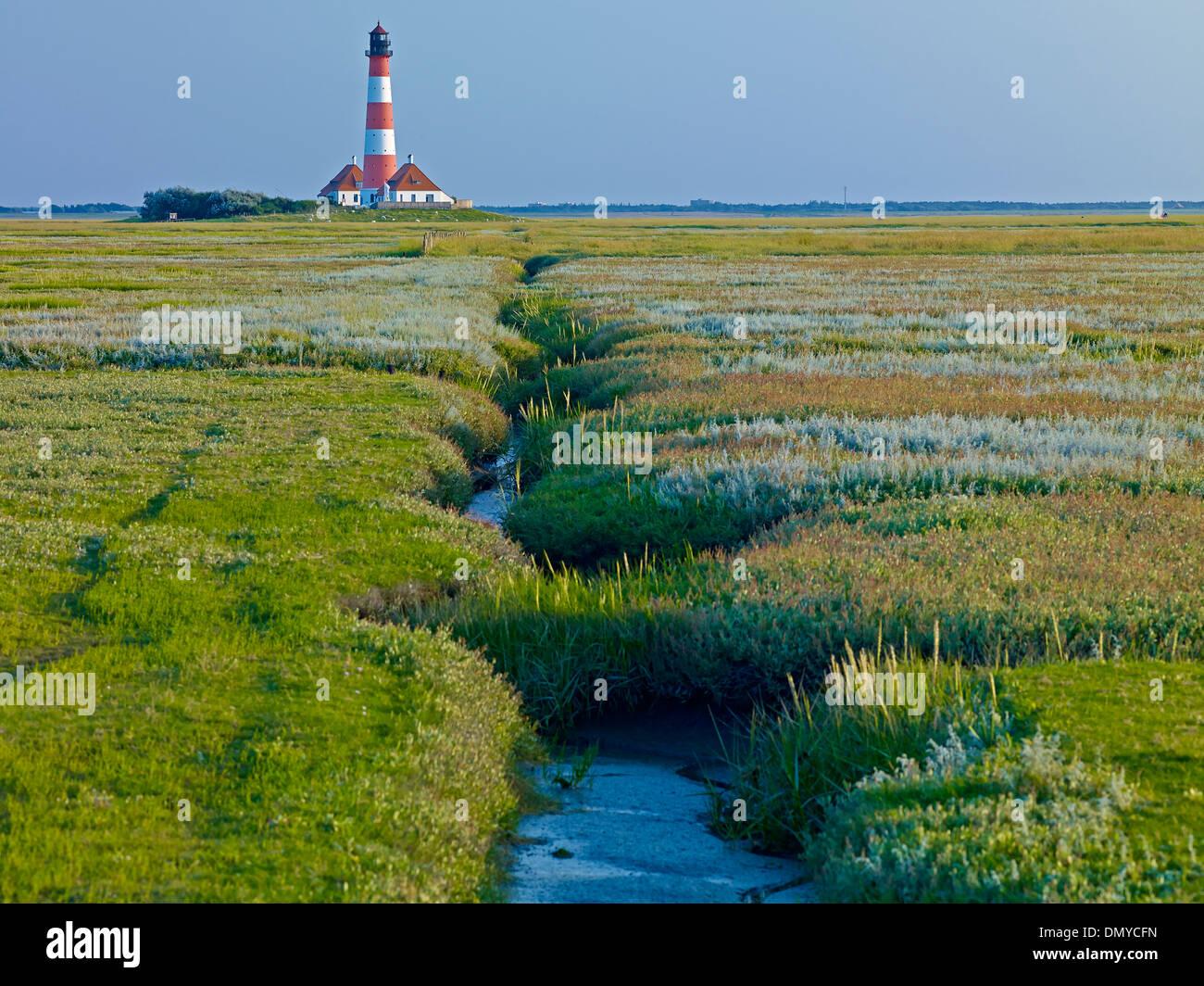 Faro Westerheversand, penisola di Eiderstedt, Frisia settentrionale, Schleswig-Holstein, Germania Immagini Stock