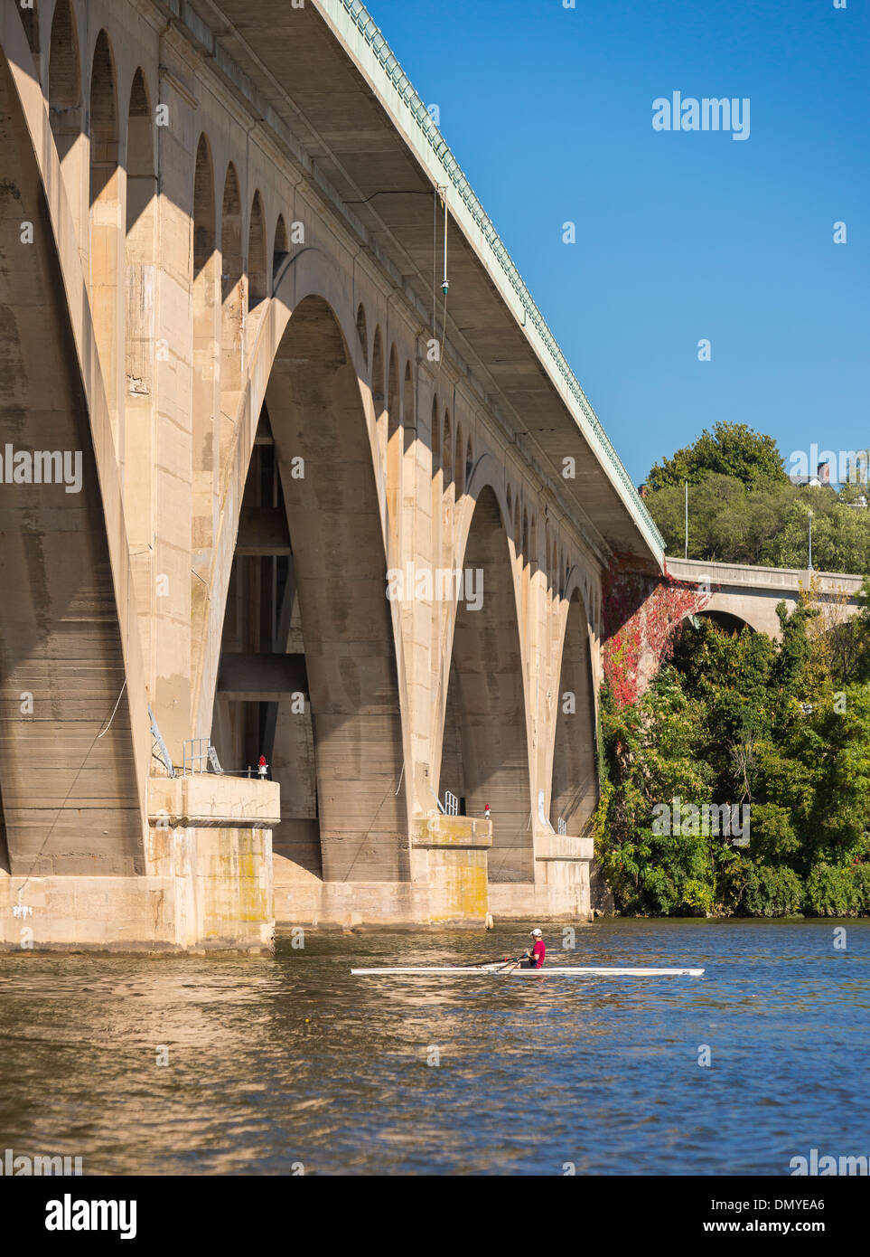 WASHINGTON, DC, Stati Uniti d'America - Key Bridge e vogatore sul Fiume Potomac. Immagini Stock