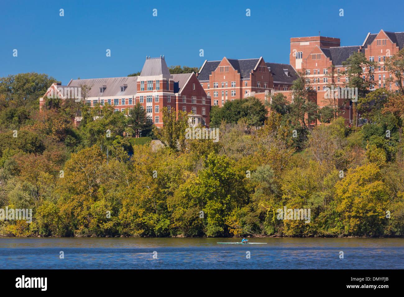WASHINGTON, DC, Stati Uniti d'America - Georgetown University edifici e vogatore sul Fiume Potomac. Immagini Stock
