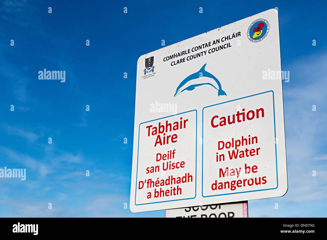 Il simbolo di attenzione dolphin in acqua può essere pericoloso, Doolin, Co. Clare, Irlanda Immagini Stock
