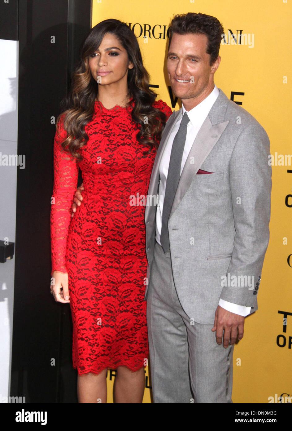 Attore Matthew McConaughey e moglie Camila Alves arriva al 49.Goldene  Kamera 2014 di hangar aeroporto Tempelhof di Berlino in Germania, su 01.  Febbraio 2014 Foto stock - Alamy