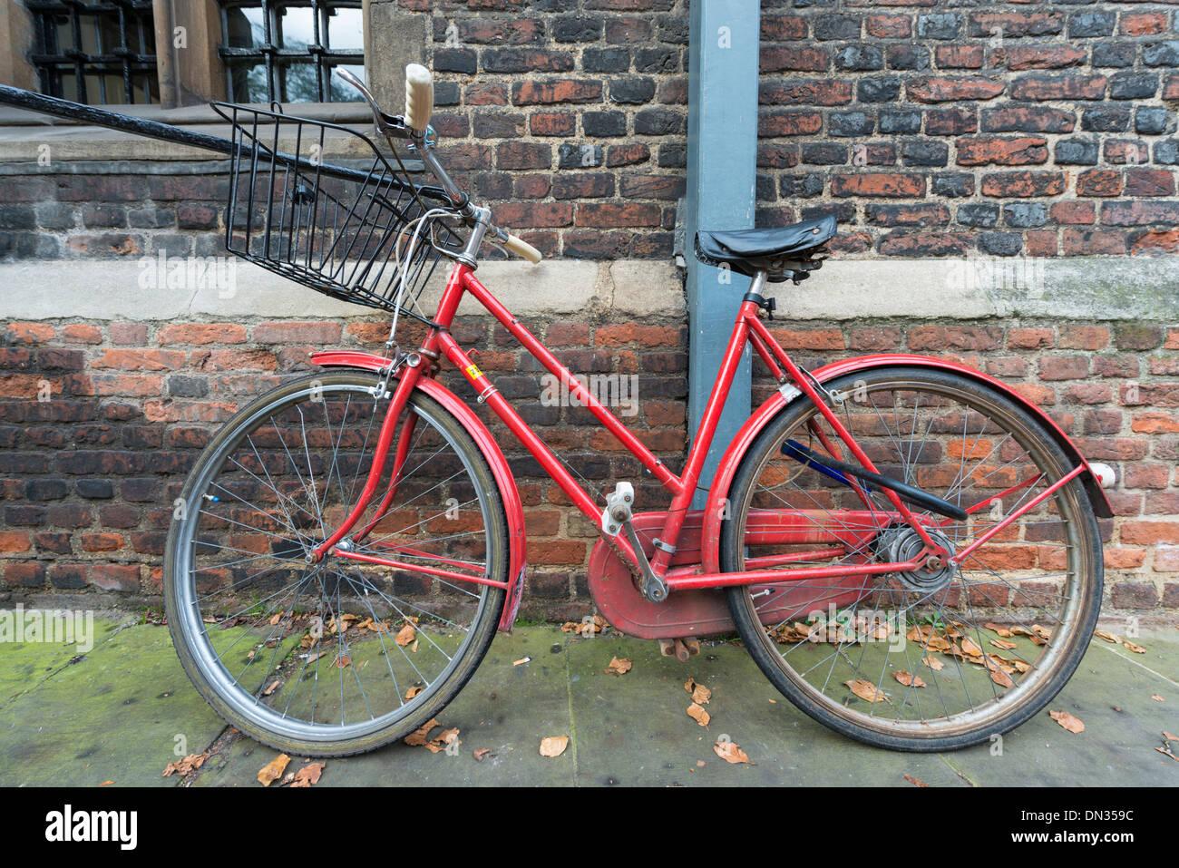 Una Bicicletta Rossa Parcheggiato Contro Una Parete A Cambridge