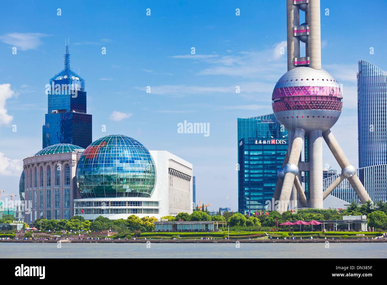 Lo skyline di Shanghai, con Oriental Pearl e International Convention Centre, PRC Repubblica Popolare di Cina e Asia Immagini Stock