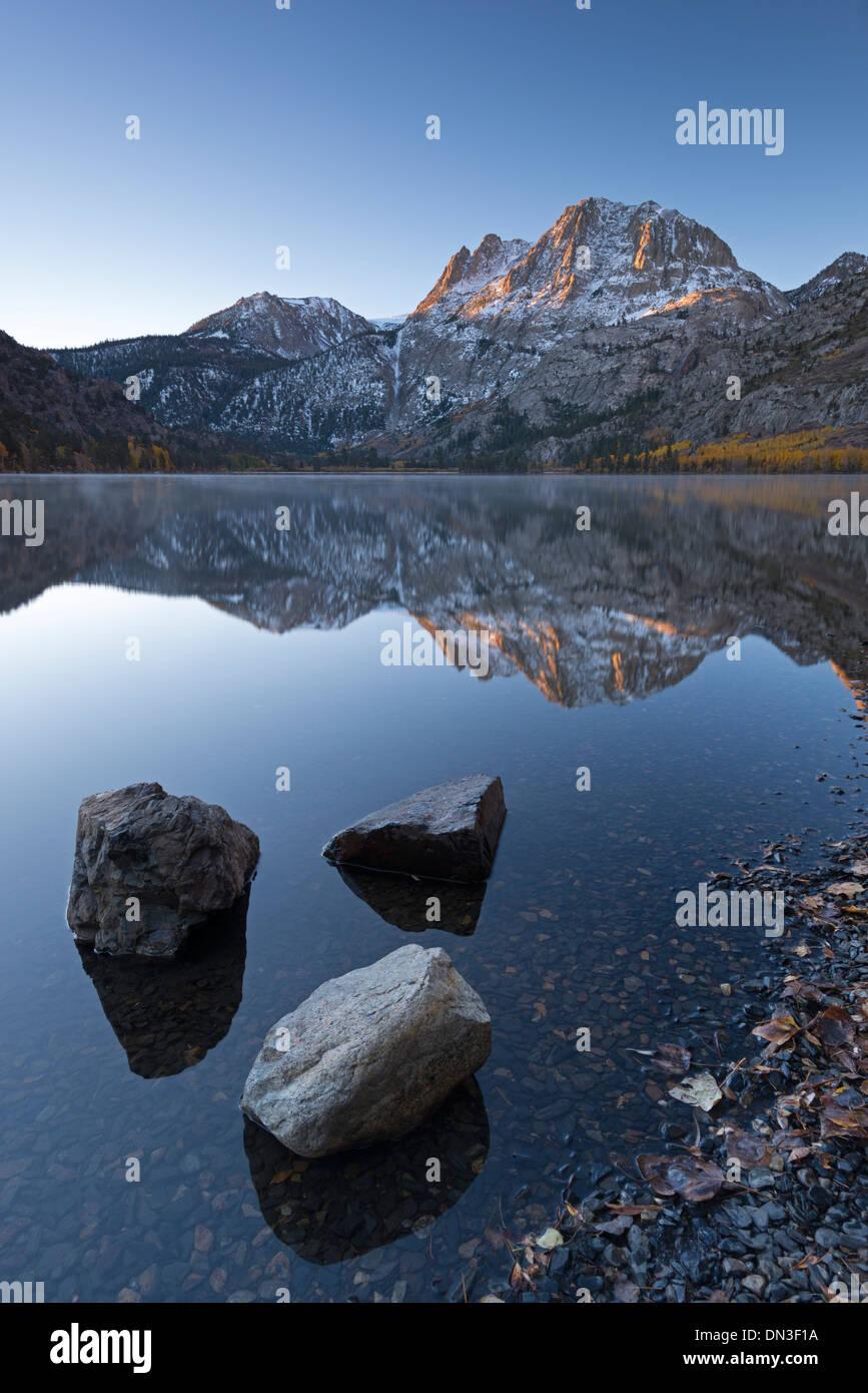 Tranquillo Lago d'argento all'alba nella Sierra Orientale Montagne, California, USA. In autunno (ottobre) 2013. Immagini Stock