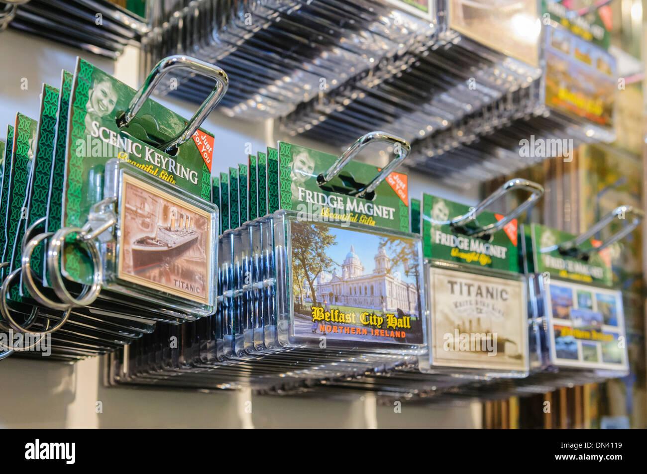 Keyring e magneti per il frigo con vari temi locali in vendita in un negozio di souvenir a Belfast, Irlanda del Nord Immagini Stock