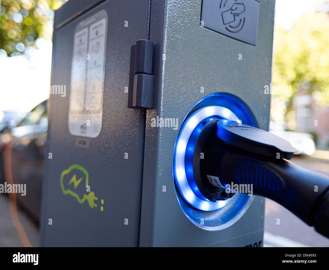 Auto elettrica punto di ricarica su strada Immagini Stock