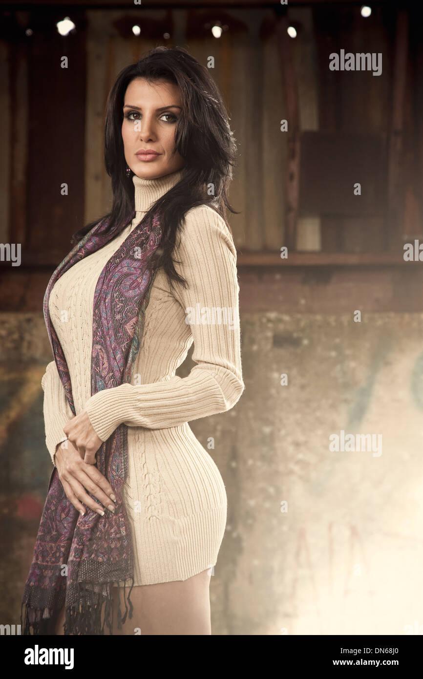 Stile di moda ritratto di donna in abito con sciarpa in piedi in edificio abbandonato Immagini Stock