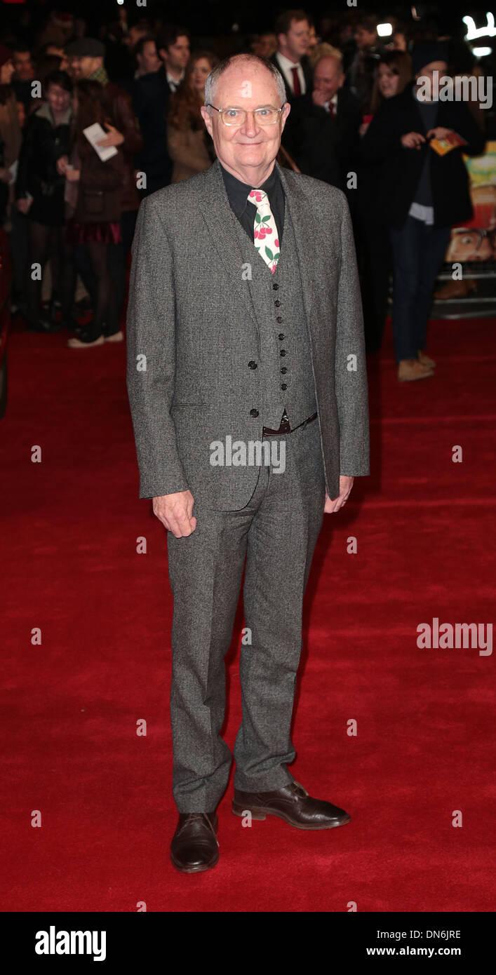 Londra, UK, 19 dicembre, 2013. Jim Broadbent arriva a Vue, West End per la Premiere mondiale di Harry Hill: Il film Foto Stock