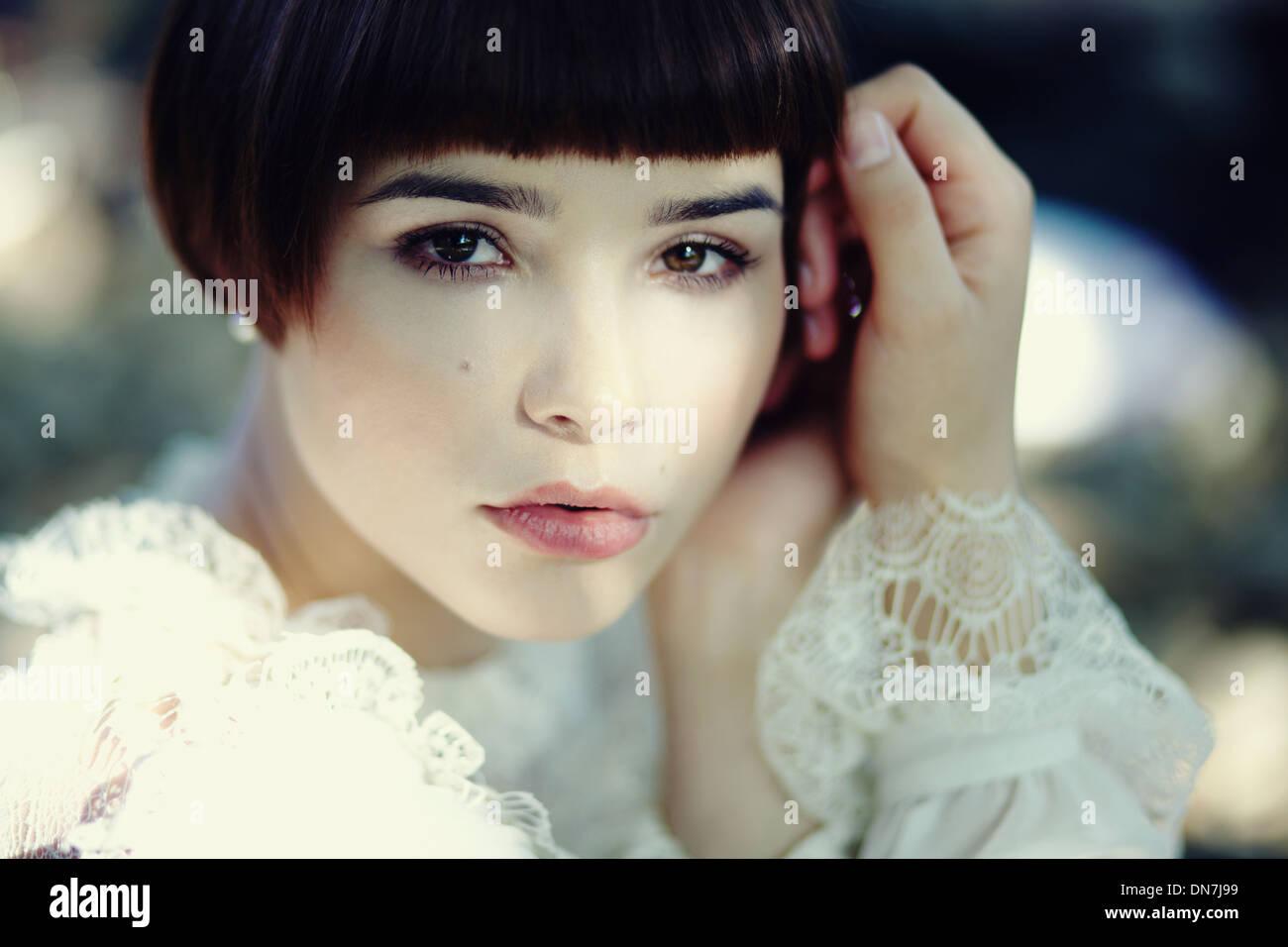Ritratto di una giovane donna che guarda la fotocamera Immagini Stock