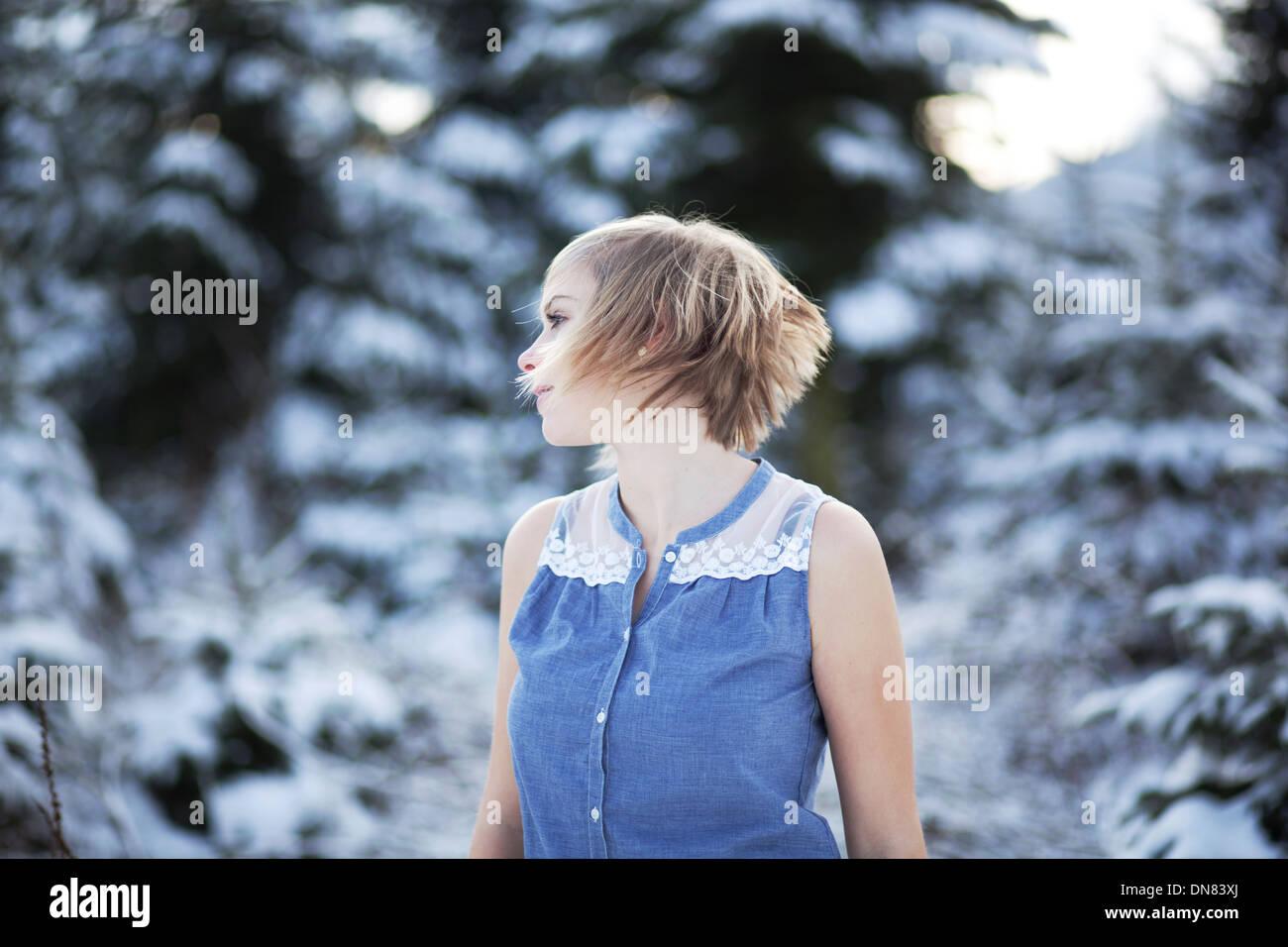 Ritratto di una giovane donna nella neve Foto Stock