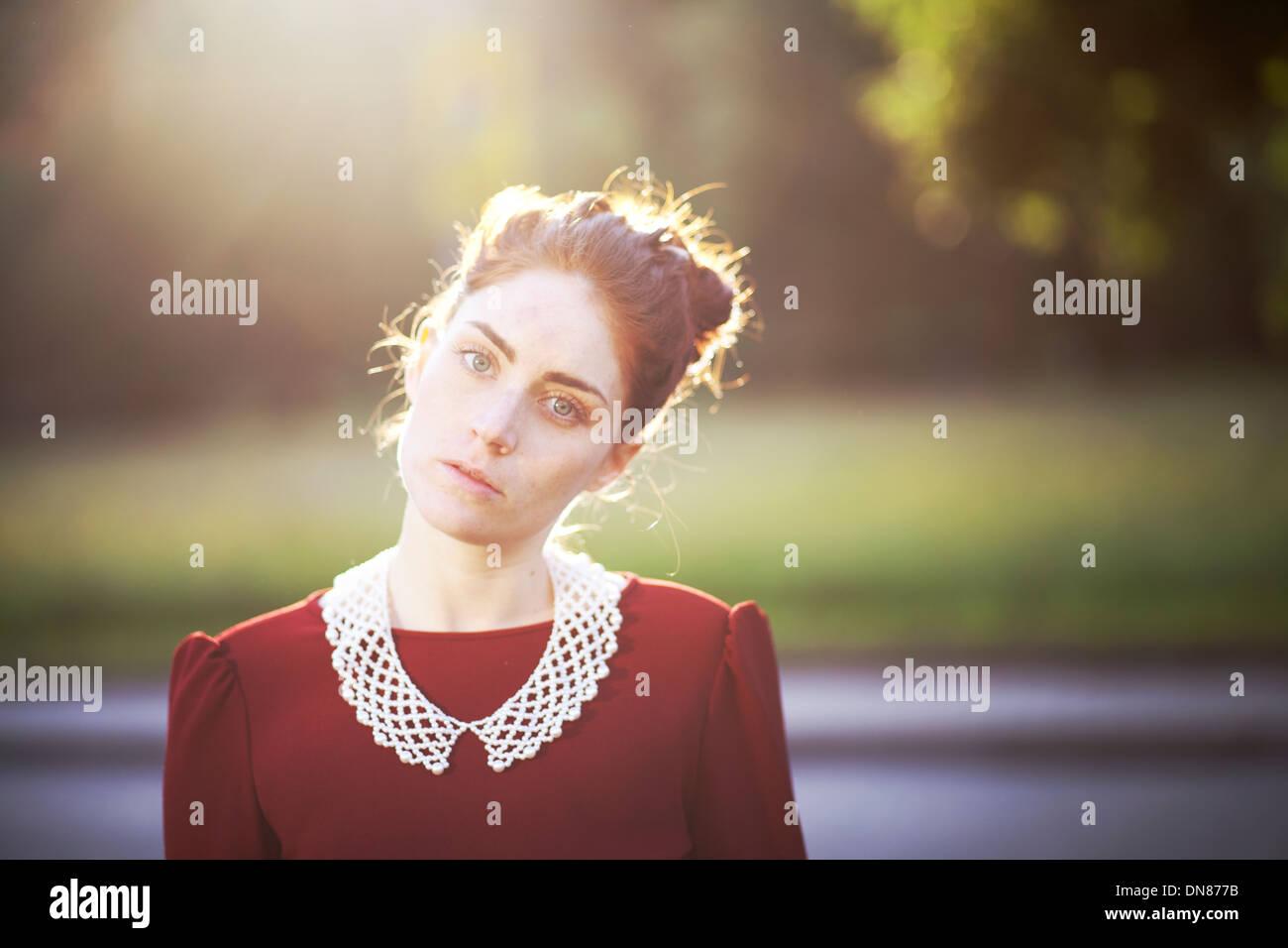 Giovane donna con espressione seria, ritratto Immagini Stock