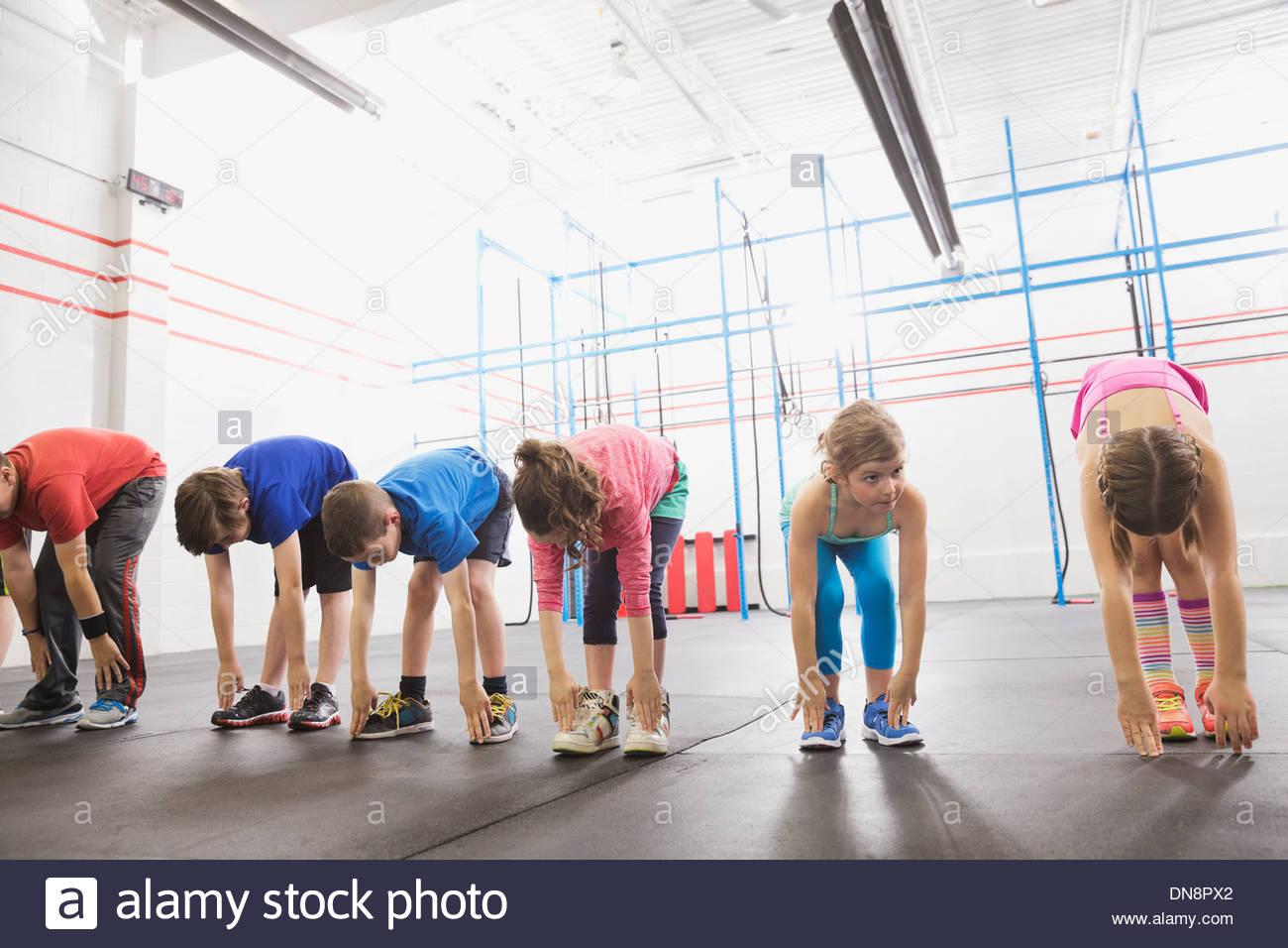 I bambini in fase di riscaldamento nella classe Crossfit Immagini Stock