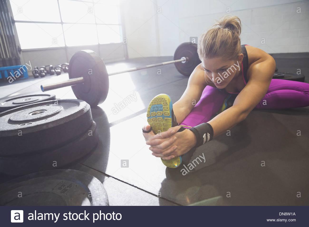 La donna il riscaldamento in palestra Immagini Stock