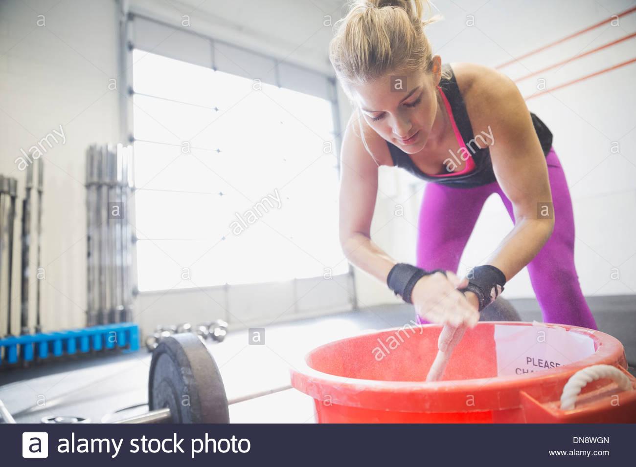 La donna lo sfarinamento delle mani prima della formazione Immagini Stock