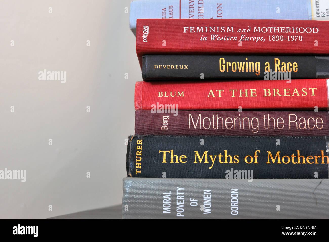 Una pila di libri accademici su mothering e gara. Immagini Stock