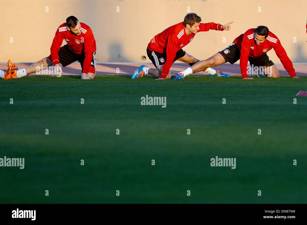 """Marrakech, Marocco. Xx Dec, 2013. Diego Contento (l-r), Thomas Mueller e Claudio Pizarro prendere parte in FC Bayern Monaco di Baviera la sessione di training presso lo stadio 'stade de Marrakech """" a Marrakech, in Marocco, il 20 dicembre 2013. FC Bayern Monaco avrà luogo il Raja Casablanca nel finale del Club di Coppa del Mondo a 21 dicembre 2013. Foto: DAVID EBENER/dpa/Alamy Live News Immagini Stock"""