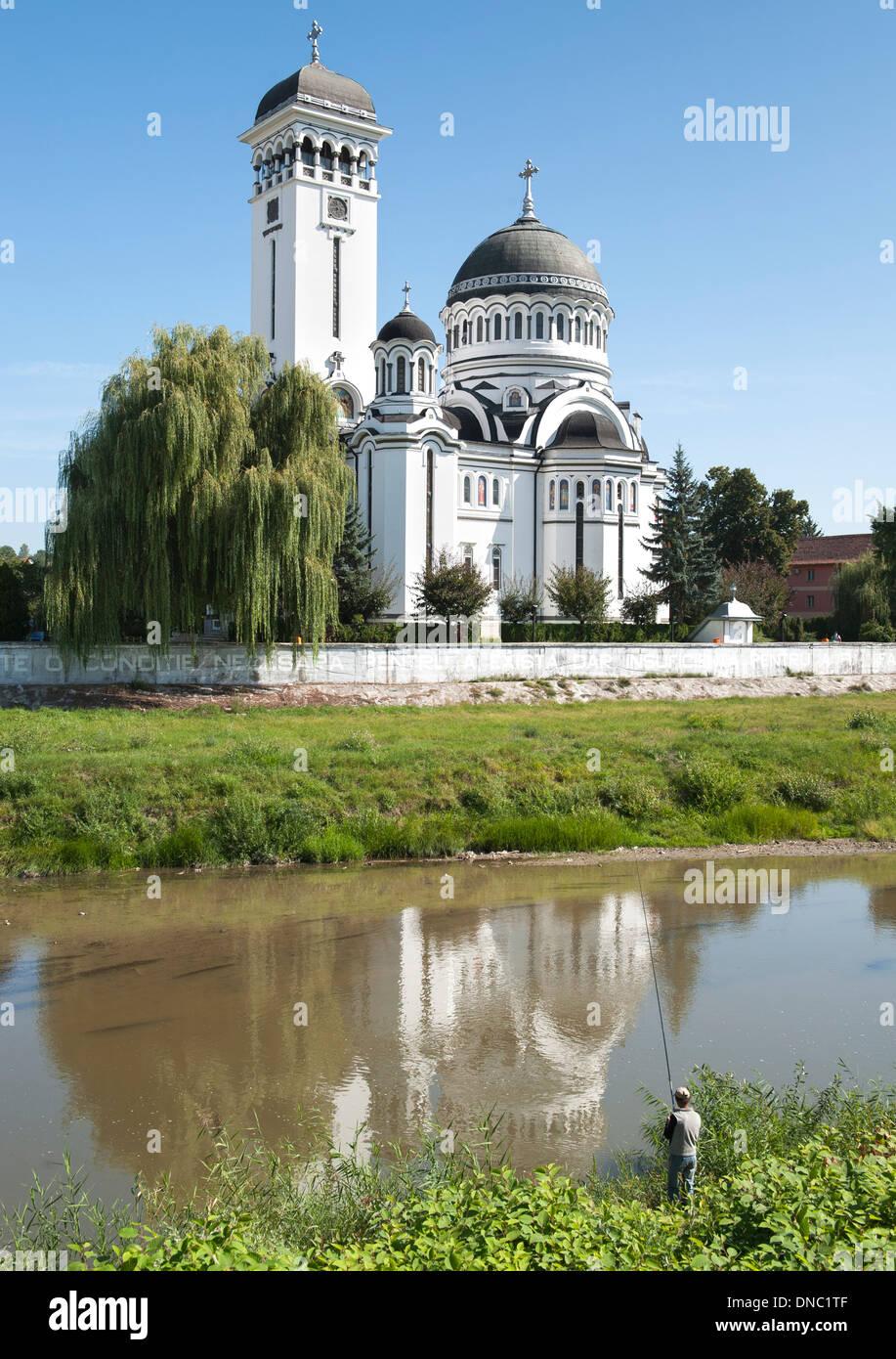 La Chiesa della Santa Trinità sul Târnava Mare River in Sighișoara nella regione della Transilvania del centro di Romania. Immagini Stock