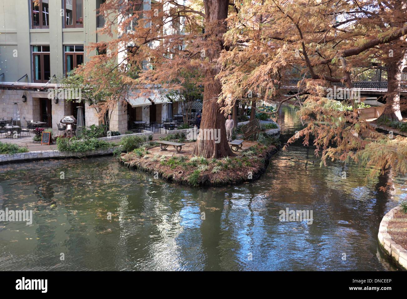 A forma di cuore ad un matrimonio isola sul lungofiume di San Antonio, Texas Immagini Stock