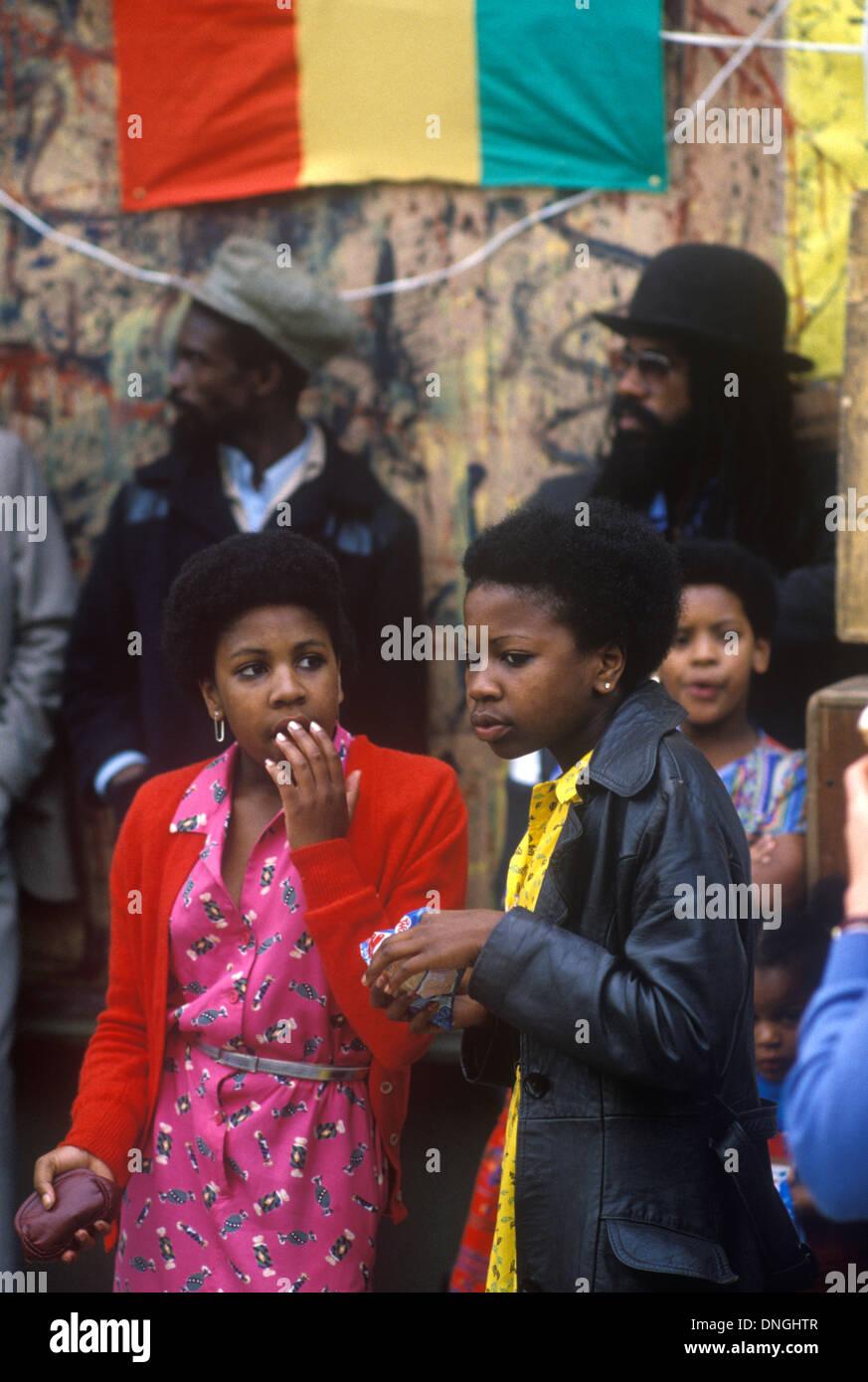 Teen black girls Notting Hill Londra Ovest degli anni settanta anni settanta multietnica del Regno Unito Gran Bretagna HOMER SYKES Immagini Stock