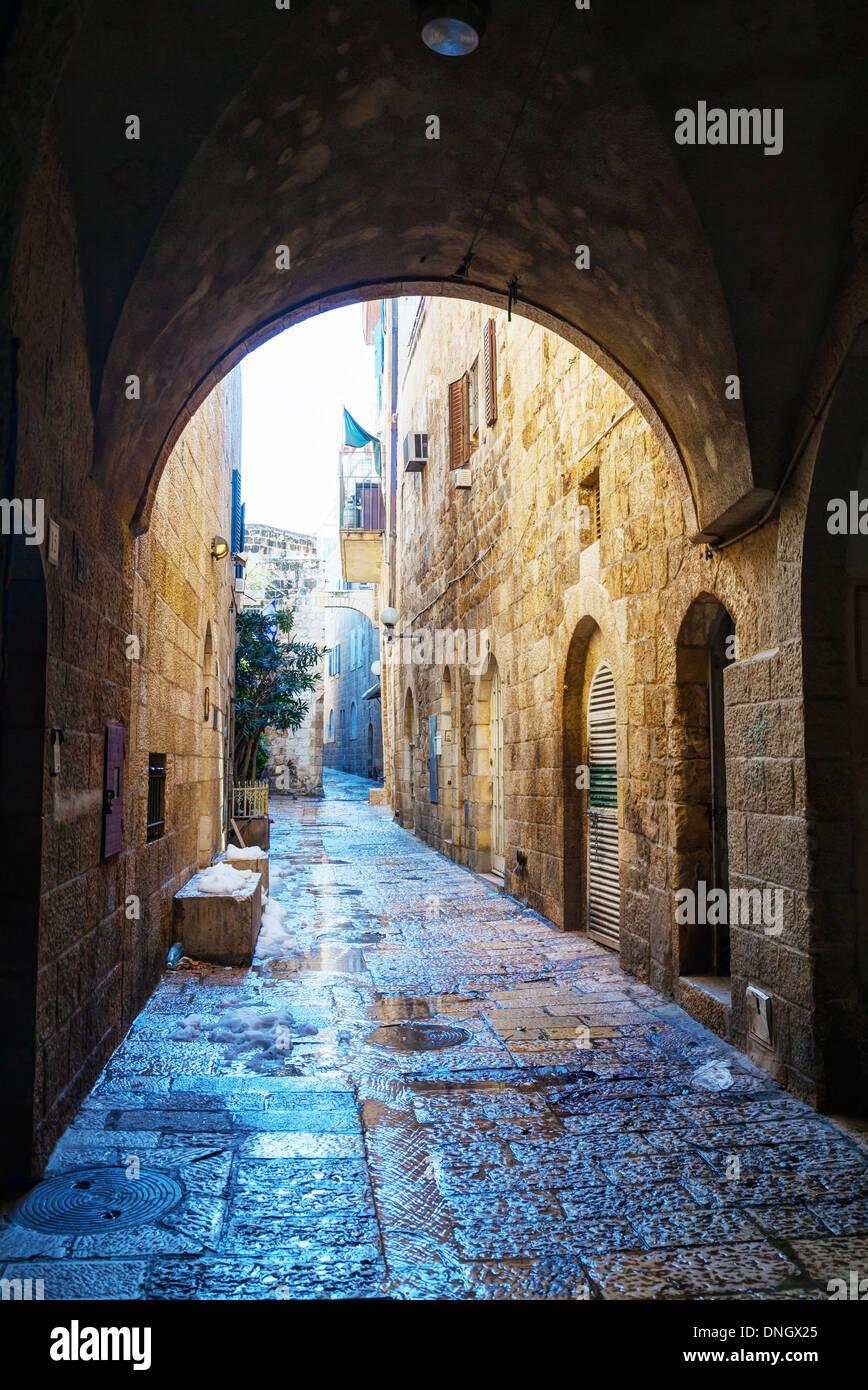 Strada stretta nella Città Vecchia di Gerusalemme, Israele Foto Stock