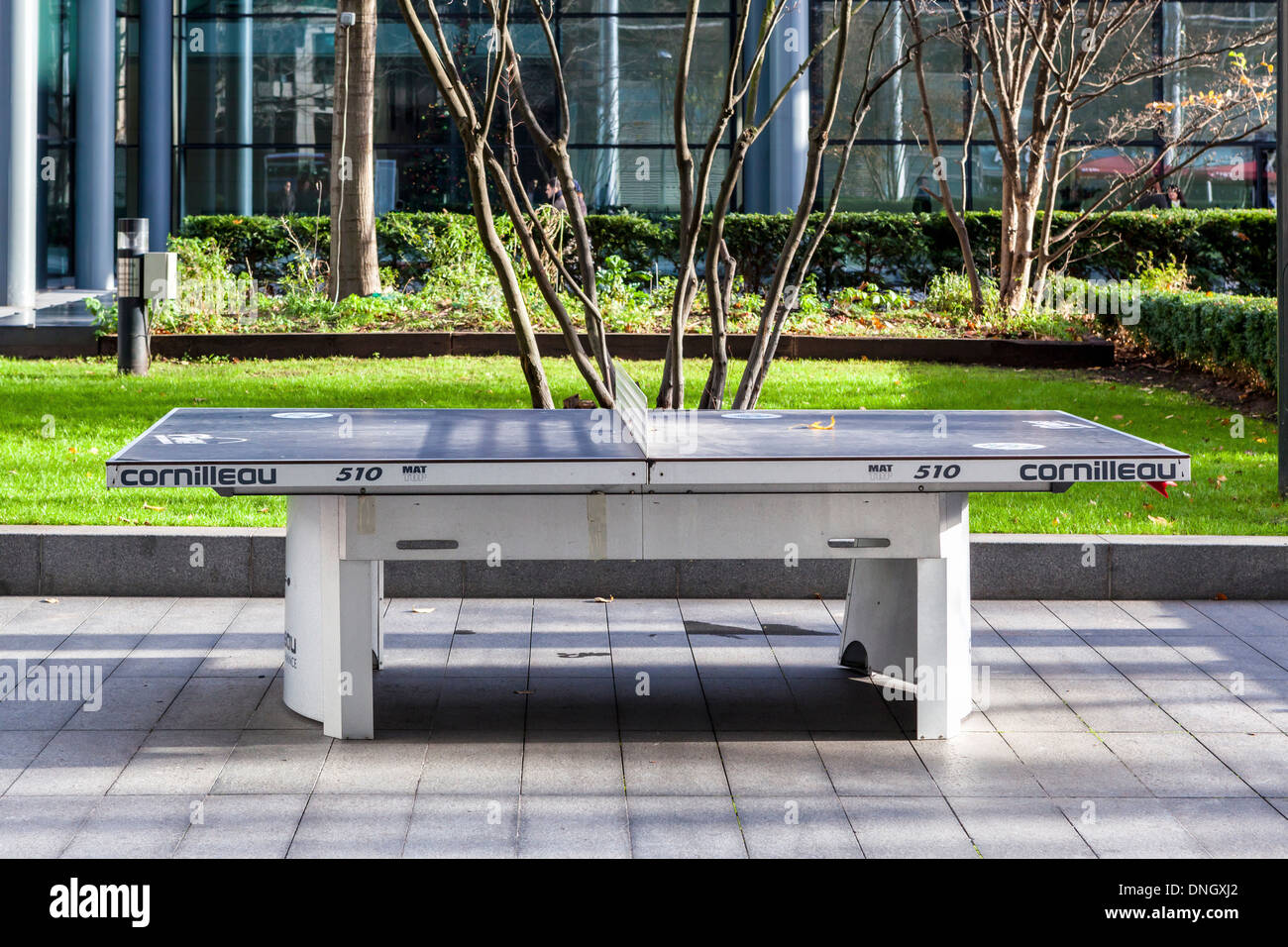 Spazio verde e outdoor tavolo da ping pong Cornilleau dai Vescovi in piazza, Spitalfields, Londra Immagini Stock